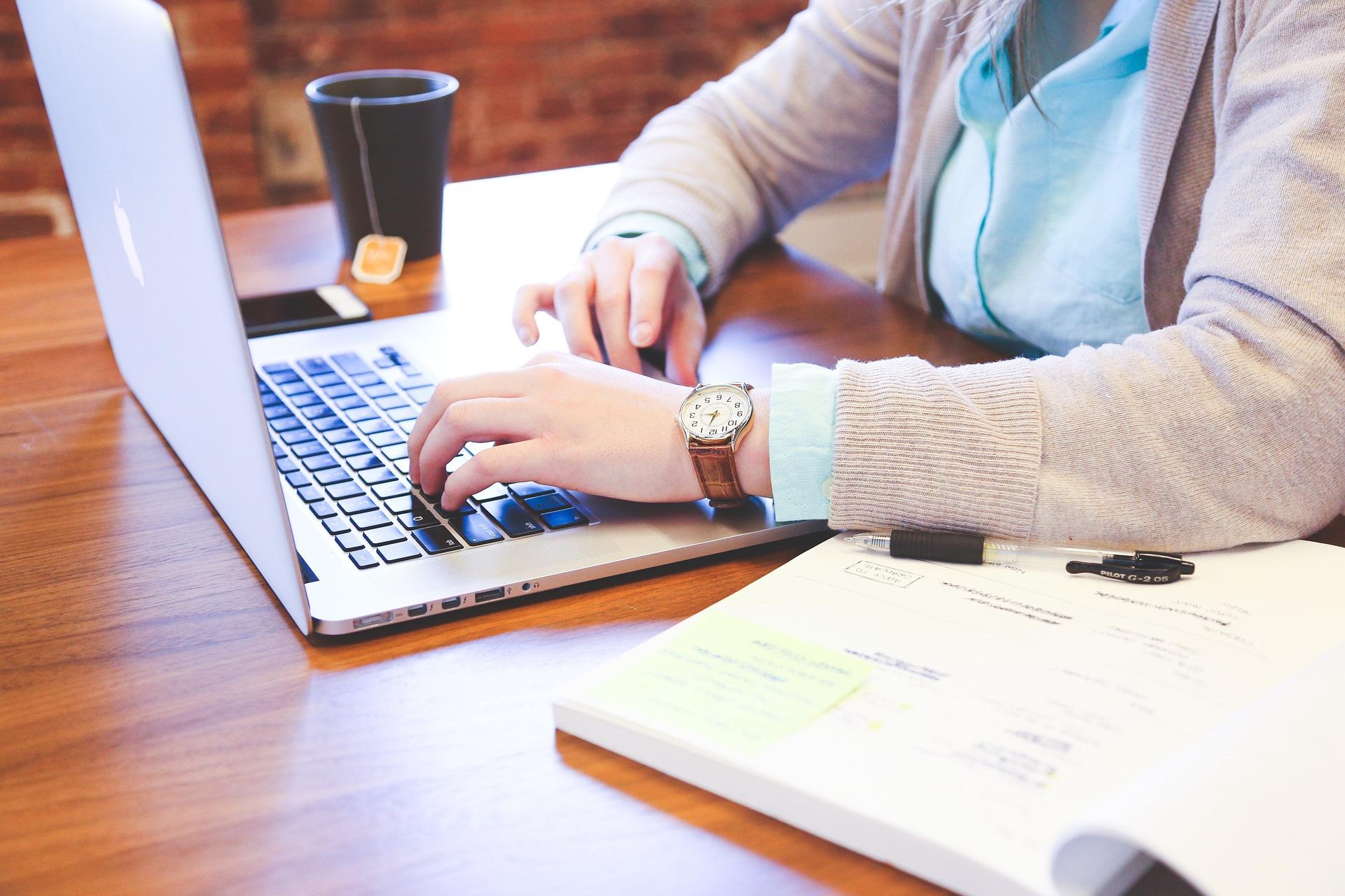 Entspannt arbeiten am Laptop